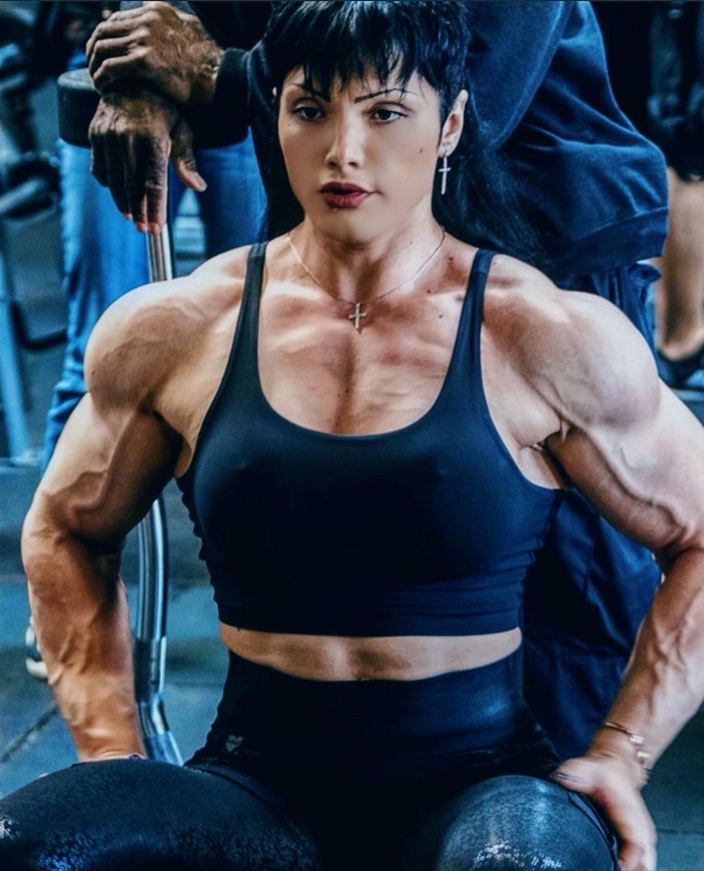 Natalya Kovalyova shows us his big muscles - Strong Girl Abs