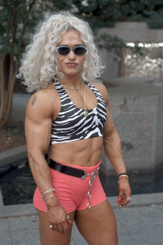 Muscular Womens Dressed: Inna Uit.